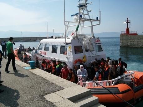Sbarco dei 615 migranti al porto di Reggio. Individuati cinque presunti scafisti